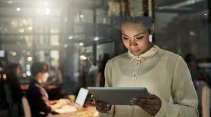 mulher olhando para o tablet