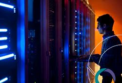 Técnico avaliando servidor