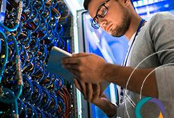 técnico analisando servidor